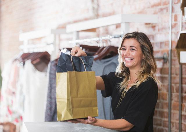 Balconista entregando compras