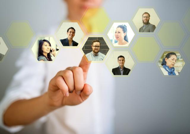 network - homem clicando em tela digital com imagens de pessoas