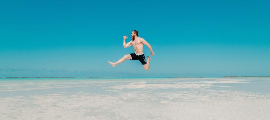 Homem de férias na praia