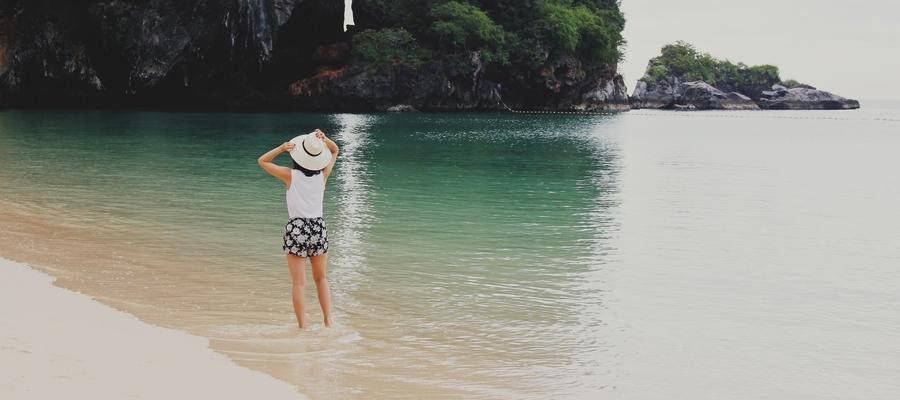 mulher-ferias-praia