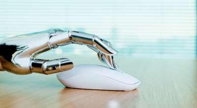 Mão de robô usando mouse