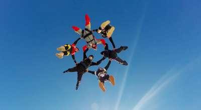 Pessoas pulando de paraquedas