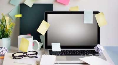 mesa de escritório com vários papeizinhos de lembrete